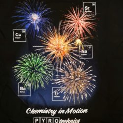 Feuerwerk T-Shirt Chemistry in Motion von Pyro Noveltis Vorderseite Detail -Merchandise & Feuerwerk einfach online kaufen im Pyrographics Feuerwerkshop